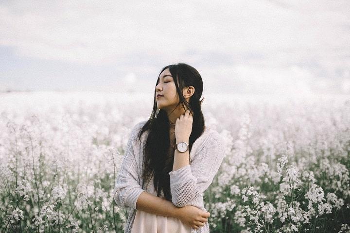 Mulher asiática em campo de flores