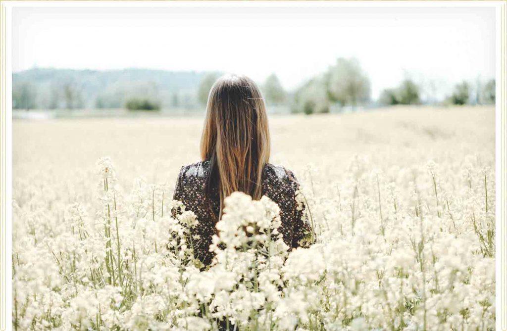 Mulher em campo de flores